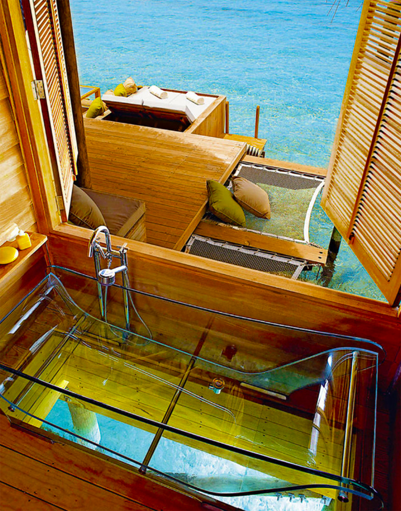 Glasbadewanne in der Water Villa im Six Senses Laamu